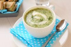 Kalte Gurkensuppe mit Dill, Jogurt und Sandwichen Stockfoto