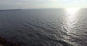 Kalte Herbstsonne über dem Wasser des Schwarzen Meers in Pomorie, Bulgarien stock footage