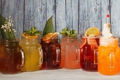 Kalte Limonaden in den Glasbechern Stockbild