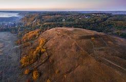 Kalte Morgennatur des Herbstes Hügel und Tal Luftbrummenfoto lizenzfreies stockbild