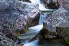 Kalte Nebenflusswasserfälle Lizenzfreies Stockbild