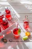 Kalte Orangeade in der Flasche mit Zitrusfrucht lizenzfreies stockfoto