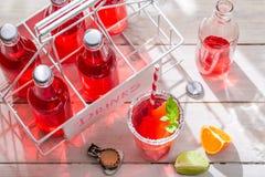 Kalte Orangeade in der Flasche mit Zitrusfrucht lizenzfreie stockbilder