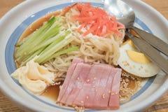 Kalte Ramen mit Garnele, japanischem Schweinebraten, Schinken, Ei und Gurke Lizenzfreies Stockfoto