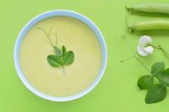 Kalte sahnige Suppe und Erbsenhülse der grünen Erbse. Stockbild