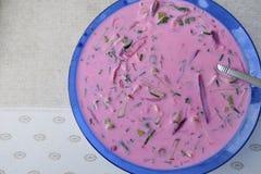 Kalte Suppe der roten Rübe mit Kräutern auf dem Tisch stockfoto