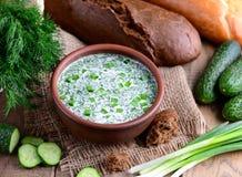 Kalte Suppe mit Gurke, Dill und Kräutern auf einem hölzernen Hintergrund Okroshka Selbst gemachte Nahrung Stockfoto