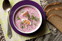 Kalte Suppe mit roten Rüben, Gurken, Dill und Sauerrahm Lizenzfreies Stockbild