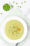 Kalte Suppe von grünen Erbsen mit Draufsicht des Joghurts und der Schnittlauche Stockfoto