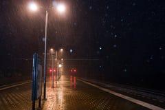 Kalte und nasse Bahnstation Lizenzfreie Stockfotografie