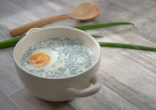 Kalte weiße Suppe auf dem Tisch Stockbilder
