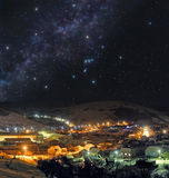 Kalte Winternacht in der Bergstadt Lizenzfreies Stockfoto
