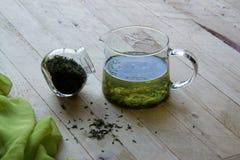 Kalter chinesischer grüner Tee auf den Brettern Stockbild