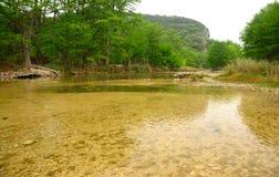 Kalter Crystal Clear Water des Frio-Flusses stockfotografie