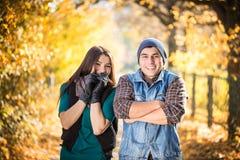 Kalter Herbstpark der Paare Stockfotografie