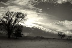 Kalter Himmel über der schneebedeckten Wiese lizenzfreie stockbilder