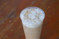 Kalter Kaffee auf Holz stockfotos