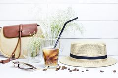 Kalter Kaffee unter Sommerzubehör Stockbilder