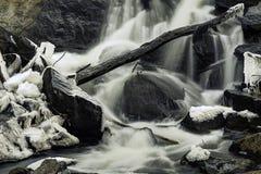 Kalter kalter eisiger Rocky Waterfall Lizenzfreies Stockfoto