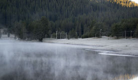Kalter Morgen auf dem See Stockfotos