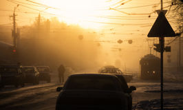 Kalter nebelhafter Wintersonnenaufgang in der Stadt Stockfoto