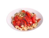 Kalter Nudelsalat mit Tomaten, Oliven, Basilikum, Pepperonis und moz Lizenzfreie Stockfotos