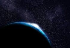 Kalter Planet (in anderer Galaxie) mit steigender Sonne Stockfoto