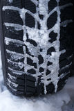 Kalter Reifen. Fahren Sie sorgfältig. stockfotografie