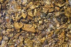 Kalter sauberer moutain Fluss, der auf den Steinen hetzt Lizenzfreies Stockbild
