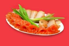 Kalter Teller. Geräucherte Fische auf der Platte Stockbilder