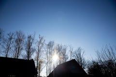 Kalter und klarer Herbsthimmel lizenzfreie stockbilder