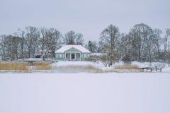 Kalter Winter, Schnee und Eis Reisefoto bei Lettland, See Jugla Stockfotos