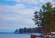 Kalter winterlicher Tag im März auf Maine Lake Stockbild