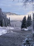 Kalter Wintertag auf dem Fluss Stockfoto