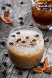 Kaltes alkoholisches Cocktail mit Kaffee und Eis im Glas auf hölzernem Hintergrund Lizenzfreies Stockbild