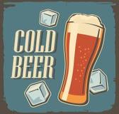 Kaltes Bier des Weinleseplakats und Eiswürfel Stockbild