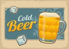 Kaltes Bier und Schneeflocke des Weinleseplakats Retro- Aufkleber oder Fahnendesign Heller Hintergrund der Vektoralten Papierbesc Stockfotos