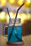 Kaltes blaues Cocktailgetränk, blaues Hawaii-Italiener-Soda Stockfoto