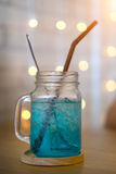 Kaltes blaues Cocktailgetränk, blaues Hawaii-Italiener-Soda Stockfotos