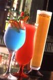 Kaltes Cocktail und frischer Saft Lizenzfreie Stockbilder