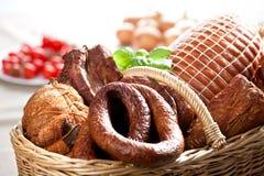 Kaltes Fleisch in einem Korb stockbilder