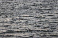 Kaltes Flusswasser im Wind Lizenzfreie Stockfotos