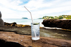 Kaltes Getränk durch Ozean Lizenzfreie Stockbilder
