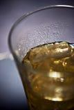 Kaltes Getränk in einem Glas auf Eis Lizenzfreies Stockbild