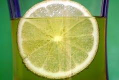 Kaltes Getränk mit Zitrone Lizenzfreies Stockfoto