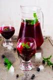 Kaltes Getränk von der schwarzen Johannisbeere Stockfotografie