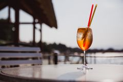 Kaltes Glas von Rum swizzle Stand auf Tabelle nahe dem Meer stockfotografie