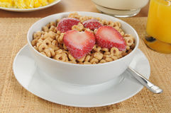 Kaltes Hafergetreide mit Erdbeeren Stockfotos