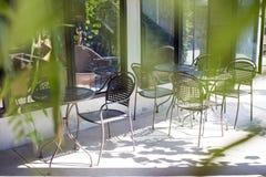 Kaltes im Freien des Stuhl- und Tabellenkaffeecafés oder -tabelle im Shop Stockbilder