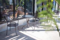Kaltes im Freien des Stuhl- und Tabellenkaffeecafés oder -tabelle im Shop Lizenzfreies Stockbild
